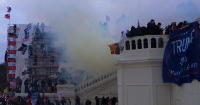 Imagem de multidão na escadaria do Capitólio e fumo