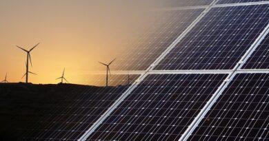 turbinas eólicas no horizonte e painéis solares